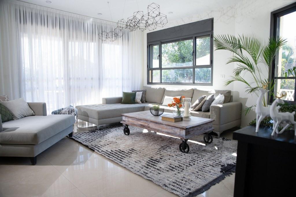 עיצוב פנים ובחירת ספה בהירה לסלון